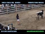 Joven masturba a un toro en pleno show